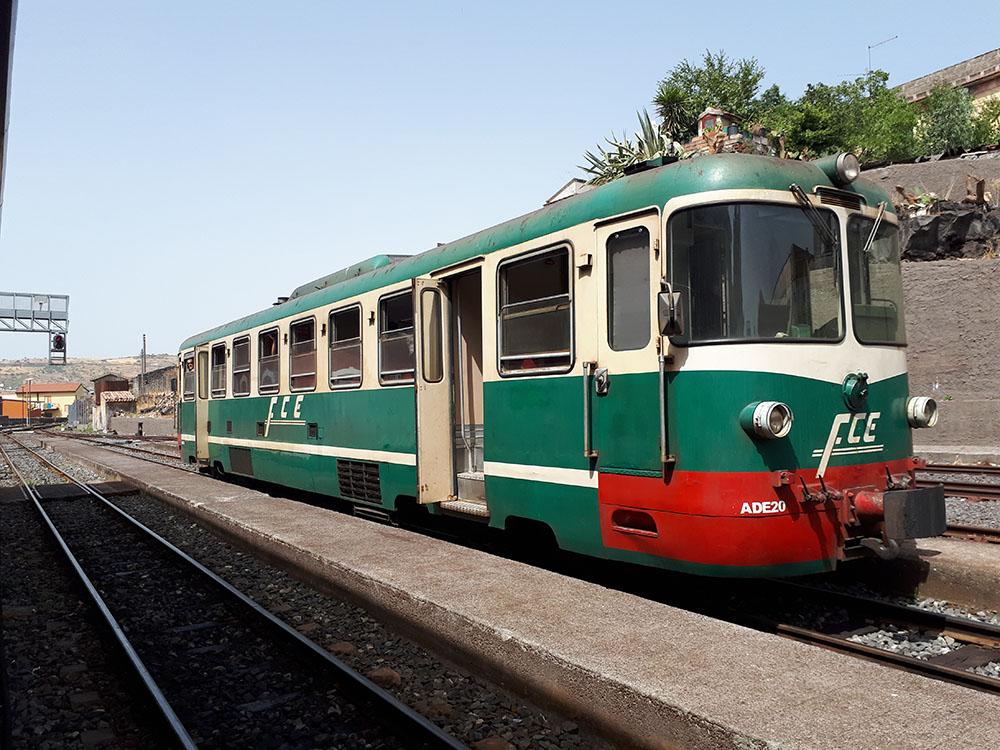 Circumetnea Treni Etna Yanardağı'nın çevresindeki yerlere ulaşımı sağlıyor