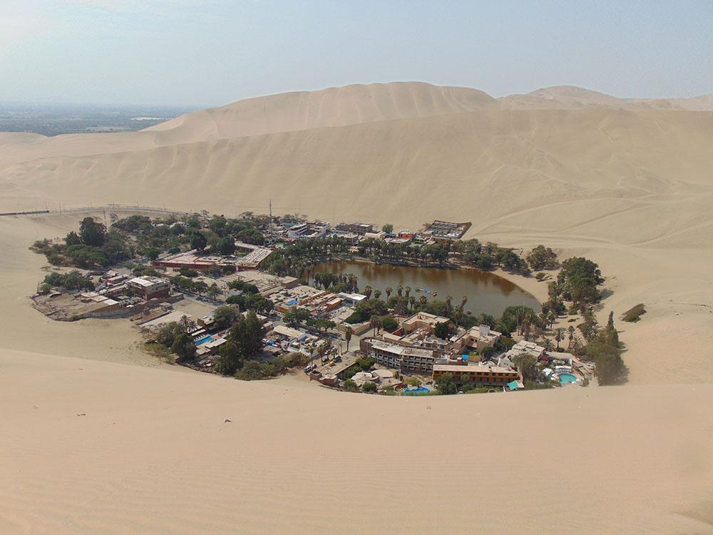 Peru'nun çöl bölgesinde bulunan Huacachina vahası