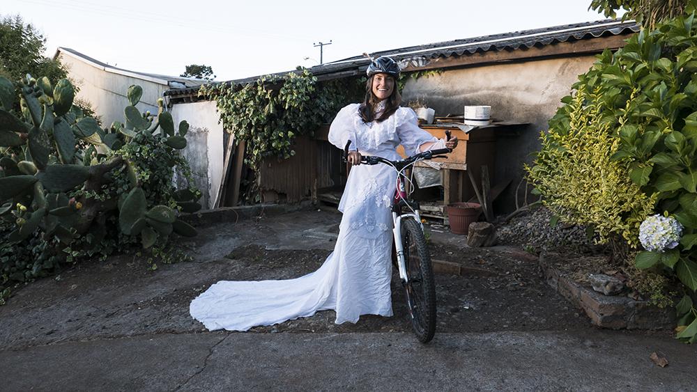 Gelinlikli bisikletli kadın