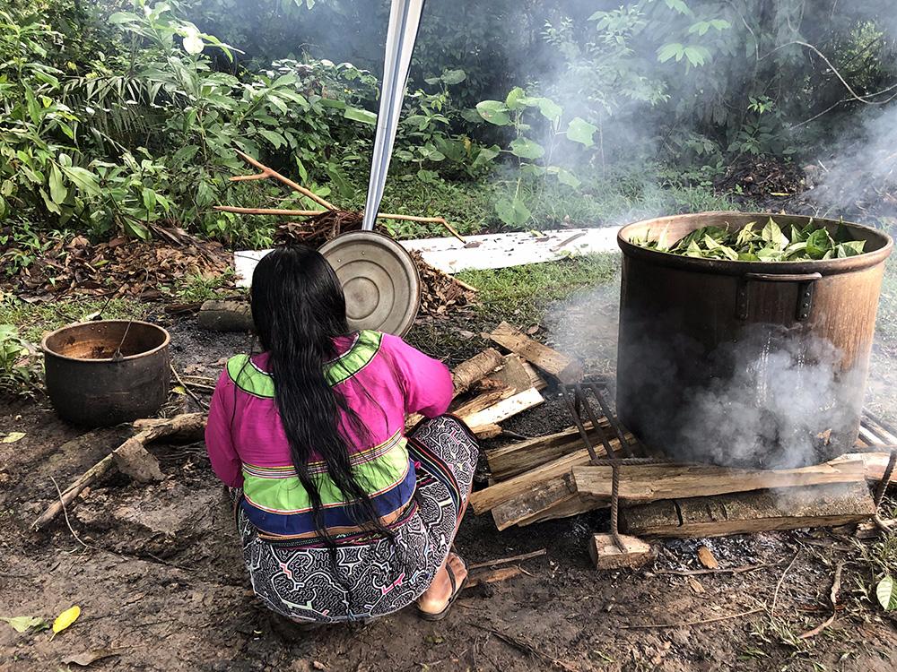 Peru'nun Shibipo halkından gelen şamanımız Juanita